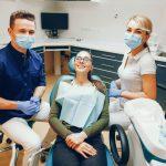 Mostek czy implant? Jak naprawić ubytki zębowe